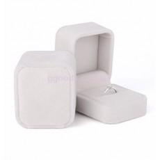 Бархатная коробочка для кольца молочная
