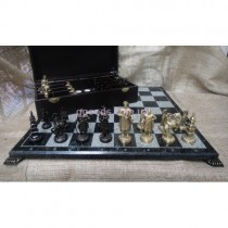 Шахматные фигуры и мраморная доска для шахмат
